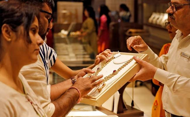 DISCOUNTS ON DOMESTIC GOLD PRICES RISES AS BIG PURCHASES DECLINE.